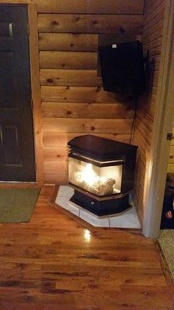 Mountain Creek Cabins : Maple Tree: fireplace