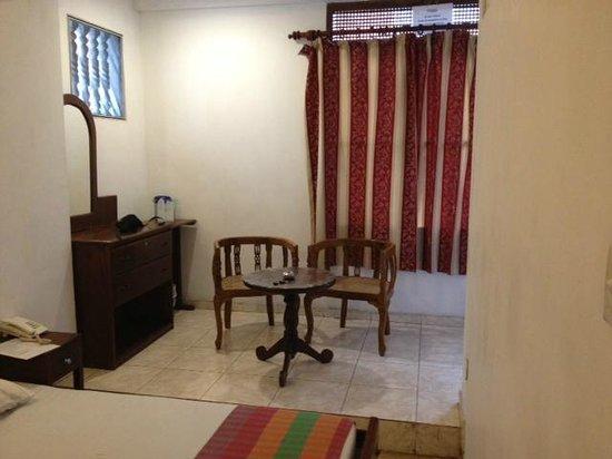 Hotel Sunshine: Sitting area in room
