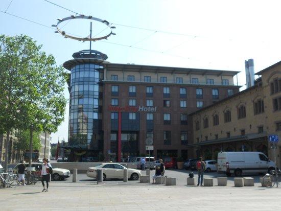 InterCityHotel Erfurt: 駅前広場から見えるホテル