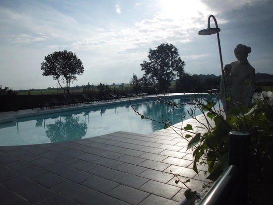 Chateau de Jalnay : het zwembad met de ligstoelen