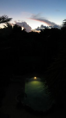 Dos Angeles Del Mar Bed and Breakfast : Pool at night