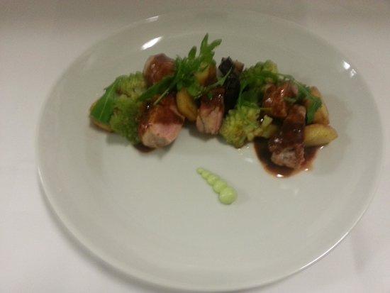 Ristorante d'Alessandro: varkenshaasje met rozemarijn aardappeltje,romanesco,aubergine met marsala-graanmostersaus