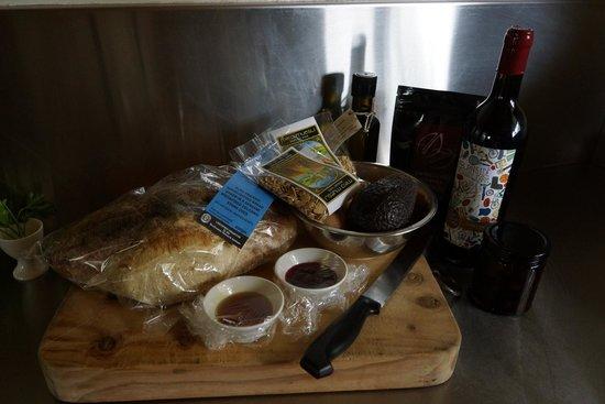 Burnside Organic Farm: Breakfast basket - bread, butter, olive oil, bacon, eggs, etc