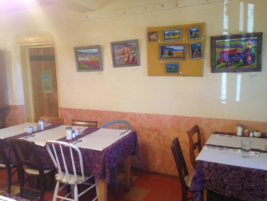 Penasco, Nouveau-Mexique : Art is for sale on the walls