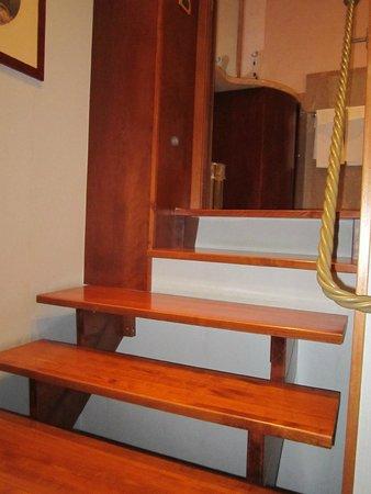 Albergo Ottocento: Лестница в ванную комнату