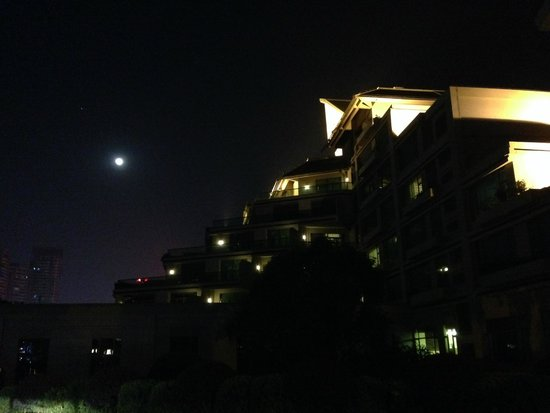 Linyin Holiday Hotel: Night view of hotel