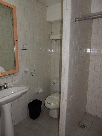 Hotel Maria del Carmen: La salle de bain.