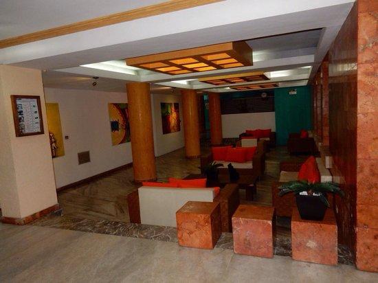 Hotel Maria del Carmen: Vers la réception.