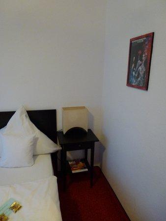 Hotel Nymphenburg: Nachttisch & Lampe (Neu)