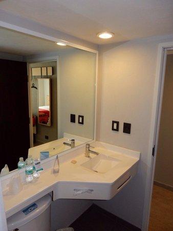 City Express Chetumal: La salle de bain.