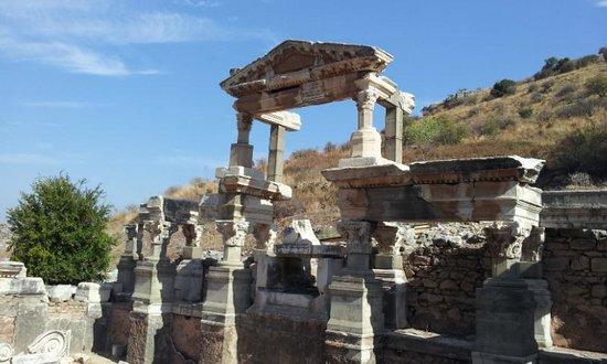 Trajan's Fountain: 三角屋根が特徴的な遺跡です