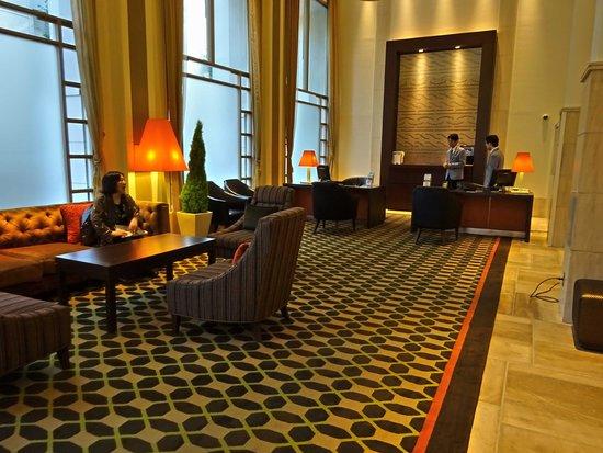 JR Kyushu Hotel Blossom Fukuoka: 素敵なロビーとフロントです