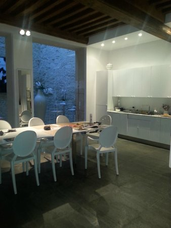 La Maison Blanche : Dining Area/Kitchen