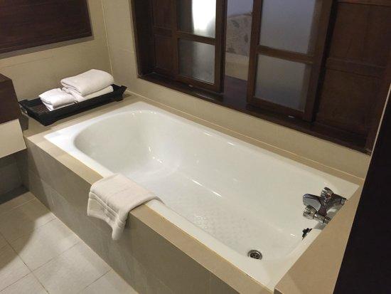 Suriwongse Hotel : Bath Tub