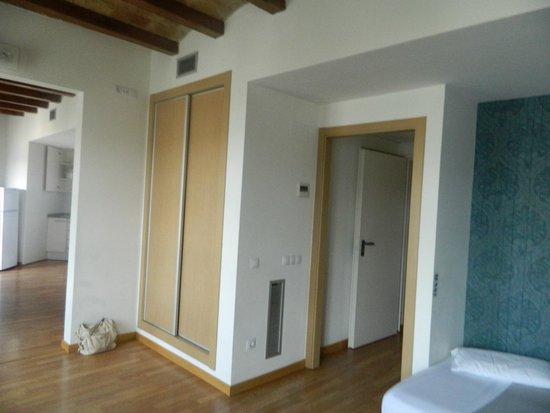 Apart-Suites Hostemplo: Старые деревянные потолки в современном интерьере