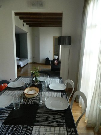 Apart-Suites Hostemplo: Гостиная с обеденным столом