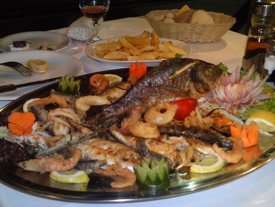 To paradosiako Taverna : feast fit for a king