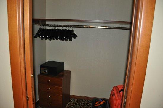 Hotel Dei Cavalieri: closet - espaço para as malas e roupas bem organizadas