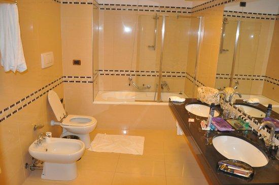 Hotel Dei Cavalieri: banheiro muito bom , novo e espaçoso