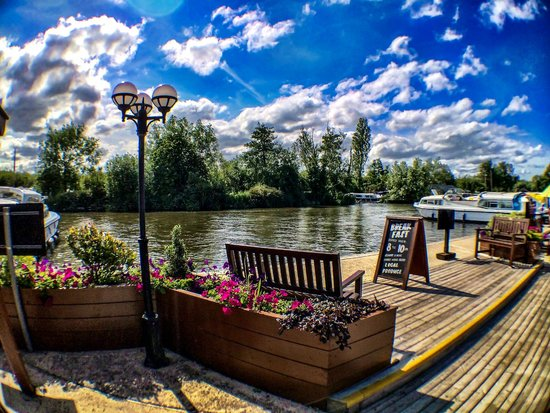 The New Inn: Lovely day by the river...