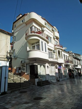 The Central Palace: Le balcon vu de la rue