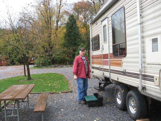 Yogi Bear's Jellystone Park Camp-Resort Hagerstown: Husband getting ready to set up