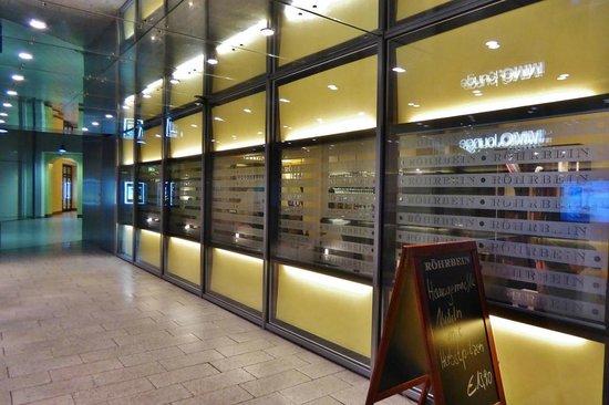 Röhrbein: Modernes Restaurant in der Ladenpassage