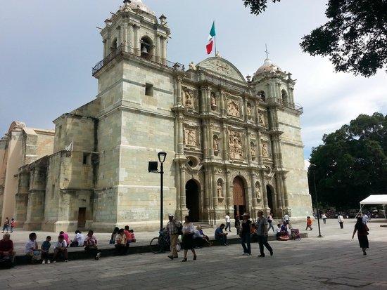 Catedral de Nuestra Señora De La Asunción: Vista laterofrontal de la Catedral de Oaxaca