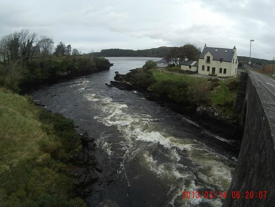 Poolewe Hotel: River into Poolewe Loch