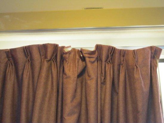 Days Inn Overland Park : curtains in shambles!