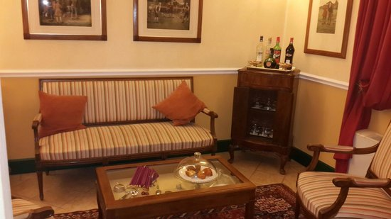 Hotel Rosary Garden: Lovely sitting area with complimentary drinks and snacks. ..