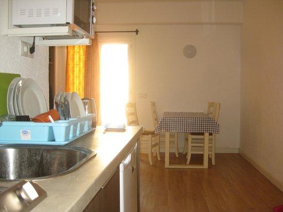 Stukje keuken en eethoek bild von arcadio arcadia el arenal