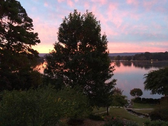 Lookout Point Lakeside Inn: View of sunrise from our room