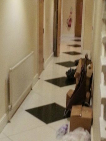 Cromwell Crown Hotel: Cluttered hallway