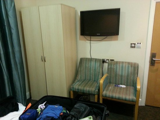 Cromwell Crown Hotel: Outdated dingy room poorly appointed