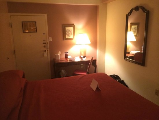 The Yorktowne Hotel: 6th floor room king size bed