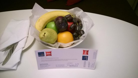 Novotel Suites Dubai Mall of the Emirates: Welcome fruit basket