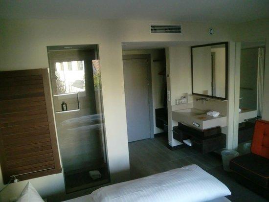 Hotel Herzog: Blick zu Dusche und Waschbecken
