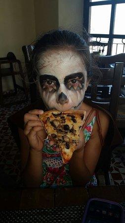 La Posta: Catrina eating pizza