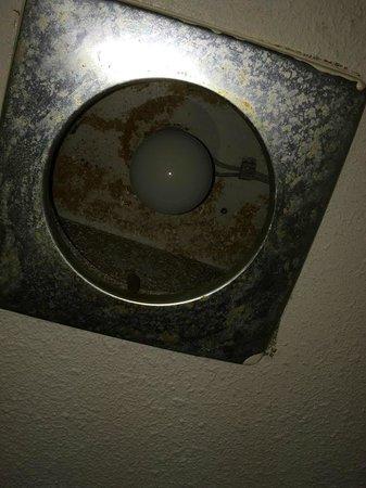 Days Inn Sharonville: bathroom light