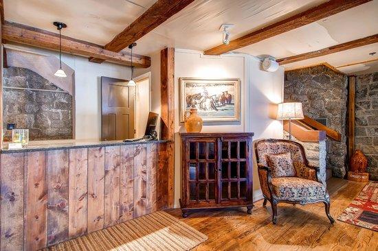 Snowpine Lodge : Front Desk