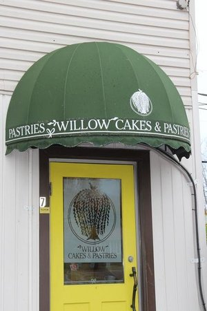 Willow Cakes & Pastries: The inside is as cute as the door