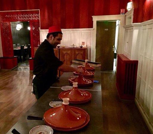 Yutz, France : Le chef au buffet des entrées.