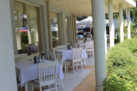 Hotel Kalofer: открытая часть ресторана