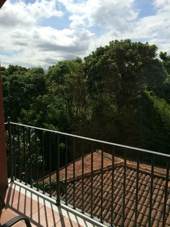 Courtyard by Marriott San Jose Escazu: la vista desde el balcón de la habitación, muy verde y frondoso