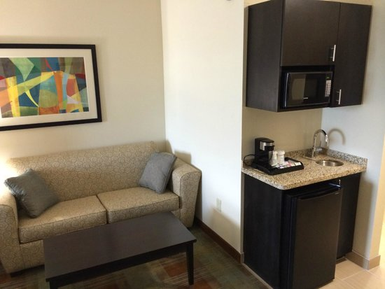 SpringHill Suites Houston Brookhollow: Coach/Mini-bar area