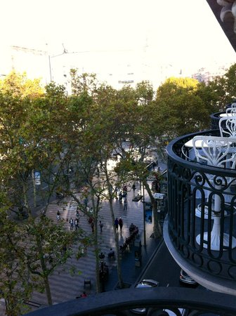 Hotel Continental Barcelona: View from balcony. Entrance to Metro can be seen in middle of Ramblas, where group of people are