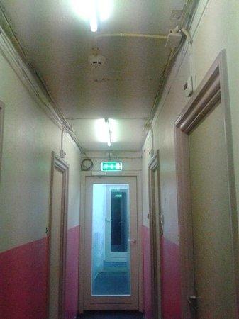Hotel Neutraal : Corridoio e stanze