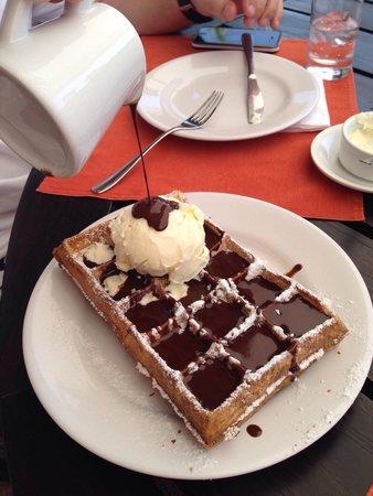 L'Auberge : Calda de chocolate + sorvete