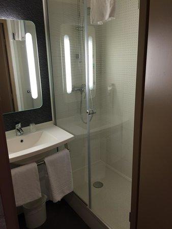 Salle de bain avec grande douche - Photo de Ibis Versailles Parly ...